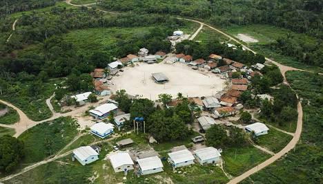 Xikrinien kylä Cateté-joen läheisyydessä Brasilian Amazonilla.