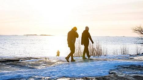 Kylmällä kannattaa pysyä liikkeessä, sillä liikkuminen moninkertaistaa kehon lämmöntuotannon.