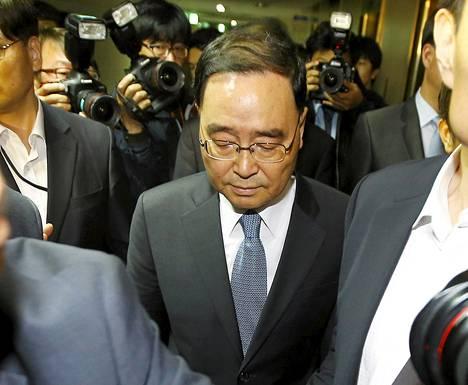 Etelä-Korean pääministeri Chung Hong-won poistuu lehdistötilaisuudesta, jossa hän ilmoitti erostaan.