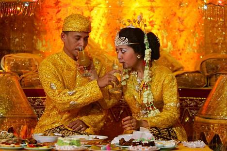 Jos lakiuudistus toteutuu, pariskunta saa elää Indonesiassa vain avioliitossa. Kuvan pari avioitui Sumatralla 2005.