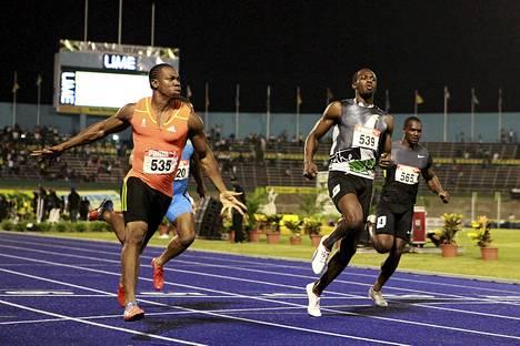 Yohan Blake (vas.) ja Usain Bolt (edessä oik.) taistelivat Jamaikan nopeimman miehen tittelistä perjantaina.