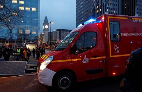 Pelastustyöntekijöiden auto palopaikalla Pariisissa.