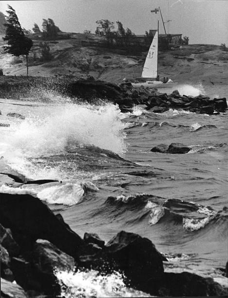 Kesähelteitten jälkeen on tullut navakan tuulen ja epävakaisen sään vuoro. Seitsemän boforin tuuli Helsingin käännytti Merisataman edustalta lähteneen purjeveneen Liuskasaaren aallonmurtajan suojiin.