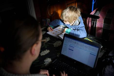 Aikuiset ja lapset tarvitsevat nyt etätöissään ja -opiskeluissa tavallista enemmän koneita.