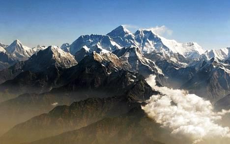 Mount Everest (kesk.) kohoaa Himalajan vuoristossa noin 8850 metrin korkeuteen.