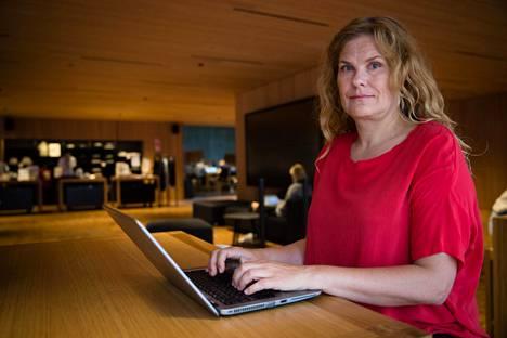 Kun jengi vastaa illalla työmeileihin kännykällä, se ei ole heidän mielestään duunia. Mutta kun he avaavat läppärin kannen, he kokevat, että se on työntekoa, sanoo tutkija Mira Karjalainen.