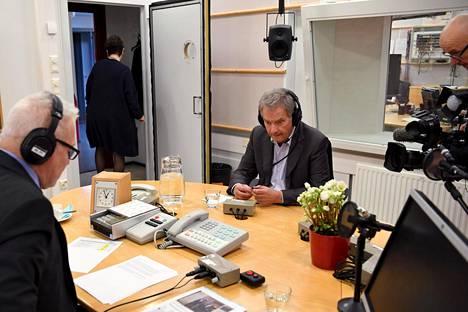 Presidentti Niinistö kommentoi kuulijoita askarruttavia aiheita Yle Radio 1:n kyselytunnilla.