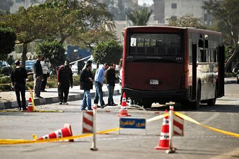 Torstaiaamuna ainakin viisi ihmistä loukkaantui, kun pommi räjähti bussin lähettyvillä Egyptin pääkaupungissa Kairossa.