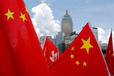 Kiinan ja Hongkongin lippuja Kiinaa tukevassa mielenosoituksessa Hongkongissa viime kesäkuussa.