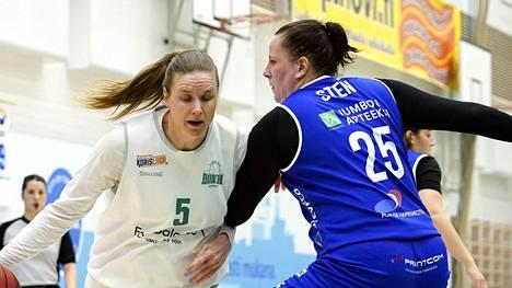 Hongan Taru Tuukkanen (vas.) yritti päästä Peli-Karhujen Minna Stenin naisten Korisliigan kolmannessa finaalipelissä.
