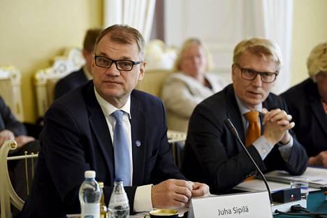 Pääministeri Juha Sipilä ja ympäristöministeri Kimmo Tiilikainen osallistuivat Sipilän koolle kutsumaan keskustelutilaisuutta terveellisestä julkisesta rakentamisesta ja puhtaasta sisäilmasta 9. kesäkuuta.