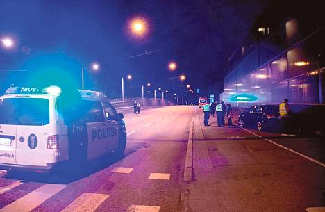 Poliisit tutkivat oletettua turma-autoa Kumpulassa lauantaina.