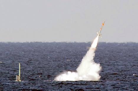 Sukellusvene USS Florida laukaisee Tomahawk-risteilyohjuksen vuonna 2003 otetussa kuvassa. Sukellusveneitä saatetaan myös käyttää mahdollisessa Syyria-iskussa.