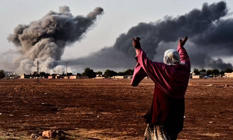 Isisin vastainen liittouma iski maanantaina rajakaupunki Kobaniin.