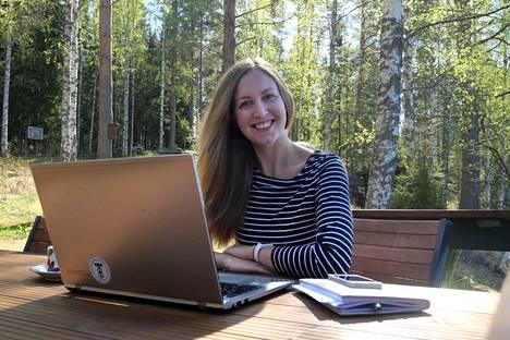 Saksassa asuva Lotta Matikainen tuli Suomeen etuajassa, jotta voisi eristäytyä kesämökillä ennen valmistujaisiaan. Tänä kesänä osan ulkosuomalaisista odotetaan kuitenkin jättävän Suomen-lomansa väliin.