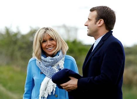 Emmanuel Macron poseerasi kuvaajille vaimonsa Brigitten kanssa Le Touquetissa vaaleja edeltävänä päivänä.