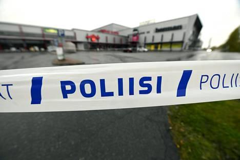 Poliisi eristi Hermanin kauppakeskuksen piha-alueen Kuopiossa tutkinnan ajaksi.