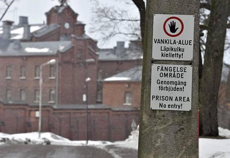 Koronan vuoksi sakkovankien ja enintään puolen vuoden vankeusrangaistukseen tuomittujen rangaistusten täytäntöönpanoa on lykätty vankimäärän vähentämiseksi. Helsingin vankila Sörnäisissä 17. maaliskuuta 2021