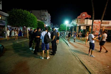 Magalufissa vain osa baareista on auki, ja nekin menevät kiinni viimeistään kahdelta. Tästä johtuen turistit ovat jatkaneet juhlimista kaduilla.
