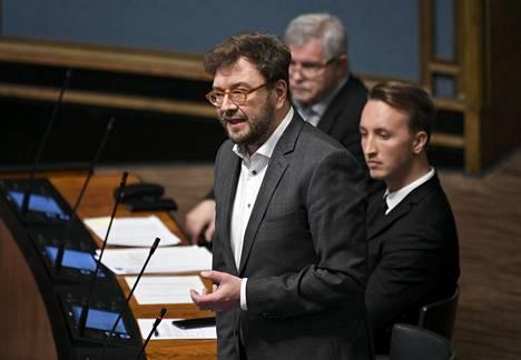 Viestintä- ja liikenneministeri Timo Harakka (sd) eduskunnassa 2. huhtikuuta.