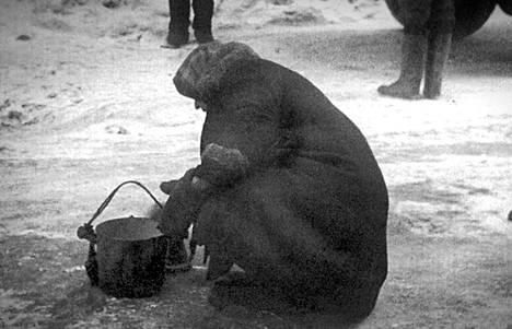 Vanha nainen noutaa vettä piiritetyssä Leningradissa.