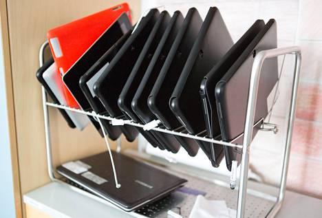 Tietotekniikkahankinnat ovat tutkimusten mukaan vuoden lopussa keskimäärin huonompilaatuisia. Tabletteja vantaalaiskoulussa.