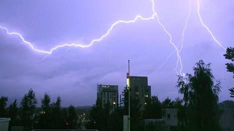 Voimakkaat ukkoskuurot katkovat sähköjä ja voivat vioittaa sähkölaitteita.