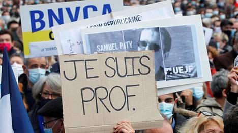 Pariisiin sunnuntaina kerääntyneet ihmiset osoittivat tukeaan surmatulle opettajalle.