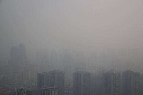 Saastesumun peittämiä rakennuksia Pekingissä 6. tammikuuta.