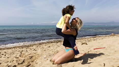Mandy Ferrer tuli Isabel-tyttärensä kanssa Berliinistä Mallorcalle, koska oli raskaan koronavuoden jälkeen loman tarpeessa ja matkustaminen oli mahdollista.
