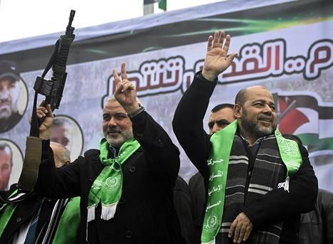 Hamas-johtajat Ismail Haniya (vas.) ja Mussa Abu Marzuq juhlivat järjestön 27. vuotispäivää Gazassa sunnuntaina 14. joulukuuta.