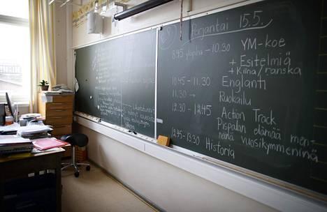 Rehtori muutti omavaltaisesti opettajan antamia arvosanoja paremmiksi. Kuvituskuva.