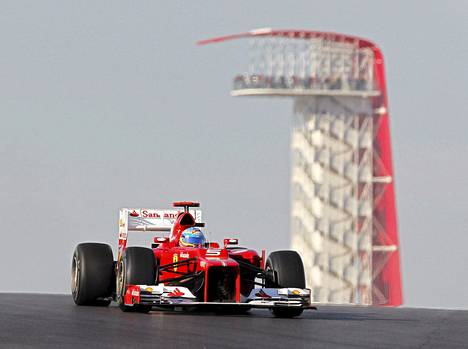 Fernando Alonson (kuvassa) lähtöpaikka parani, kun Ferrari hankki Felipe Massalle viiden lähtöruudukon rangaistuksen.