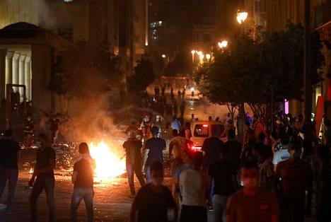 Joukko mielenosoittajia oli liikkeellä Libanonin parlamenttitalon läheisyydessä Beirutissa torstai-iltana.
