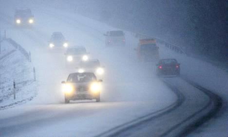 Joulun menoliikennettä sankassa lumipyryssä 5-tiellä Mikkelissä.