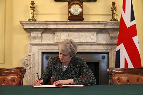 Britannian pääministeri Theresa May allekijoitti EU:n neuvoston puheenjohtajalle Donald Tuskille osoittamansa, Britannian EU-eron aloittavan kirjeen Lontoossa tiistaina.