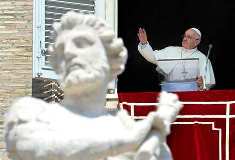Paavi Franciscus puhui pyhiinvaeltajille Pietarinaukiolla Vatikaanissa sunnuntaina.