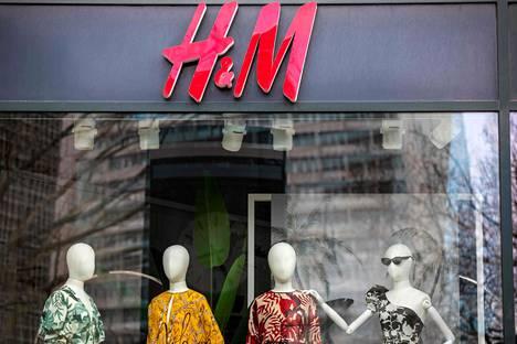 Pamin mukaan H&M:n kokoaikaisina työntekijöinä jatkavat vain myymäläpäälliköt, visualistit ja osastopäälliköt. H&M:n vaateliikkeen näyteikkuna Berliinissä maaliskuussa 2020.