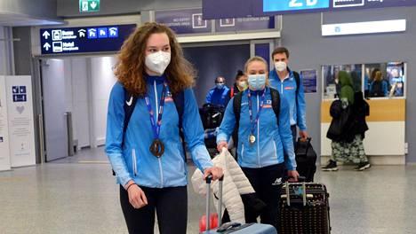Ella Junnila (vas.) ja Lotta Kemppinen johdattivat mitaleineen Suomen joukkueen takaisin kotimaahan maanantaina.