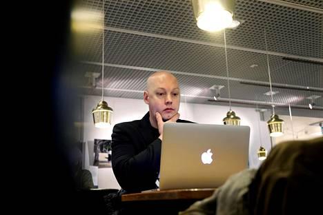 """Ilari Kortteen työ sisältää paljon ajatustyötä ja suunnittelua. """"Toteuttaminen on vain pieni osa työstä"""", hän huomauttaa."""