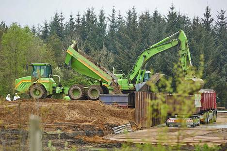 Viime vuoden lopussa haudattujen minkkien ruhoja alettiin kaivaa ylös torstaina Tanskan puolustusvoimien alueella Nørre Feldingissä.