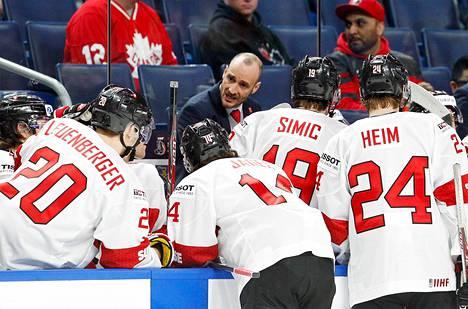 Sveitsin valmentaja Christian Wohlwend elää otteluissa vahvasti mukana. Kuva viimevuotisesta alle 20-vuotiaiden MM-turnauksesta Buffalossa.