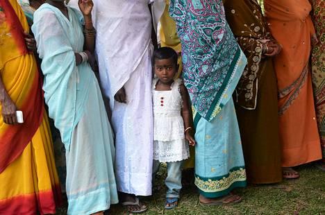 Lapsi äänestysjonossa Dibrugarghissa Intiassa.