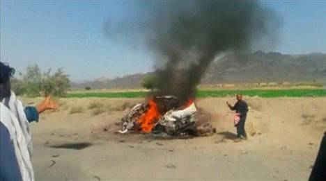 Ruutukaappaus videolta, jossa näkyy iskussa kuolleen mullah Akhtar Mansourin savuava auto.