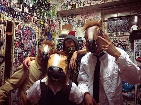 Grime-yhtye Horse Attack Sqwad hämmentää ja villitsee kapakan asiakkaita.