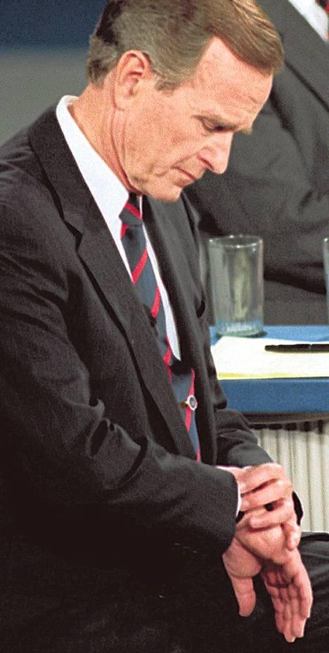 Presidentti George Bush katsoi kelloa vuoden 1992 väittelyssä.