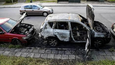 Malmössä viime päivinä ja viikkoina sattuneet autopalot herättävät laajaa huomiota Ruotsissa. Palaneita autoja Malmön Kroksbäckassa keskiviikkona.