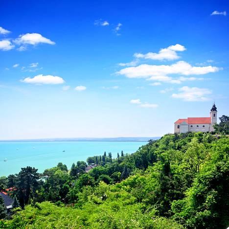Nuoret vaikuttajat pohtivat arvoja Balaton-järvellä.
