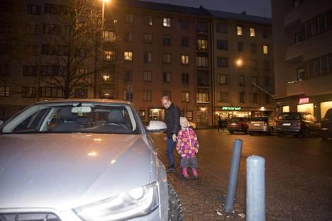 Michel Ghenoun on Audin omistaja. Hän oli lähdössä tiistaina ajamaan Helsingin Töölöntorilta tyttärensä Aalto Leonan kanssa.