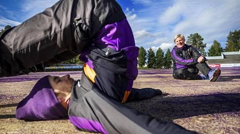 Niina Sippola valmentaa Sotkamon Jymyn miesten joukkuetta. Tiistaina hän jakoi ohjeita Jymyn pelaajalle Immo Rautiaiselle.
